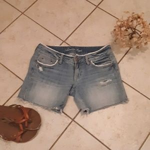 AEO DISTRESSED DENIM SHORTS SIZE 2